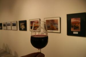 Un tinto joven DO La Mancha entre fotografías